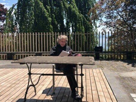 Auf der Terrasse: Gusti Pollak liest Dürrenmatt (Foto: zvg)